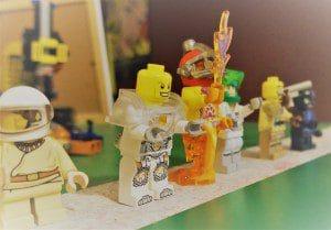 Legoukkoja rivissä