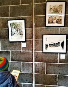 Lapsi katsoo taideteoksia huomaa hyvä luonteenvahvuuskortti kädessään