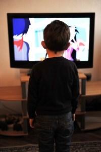 Lapsi katsoo telkkaria