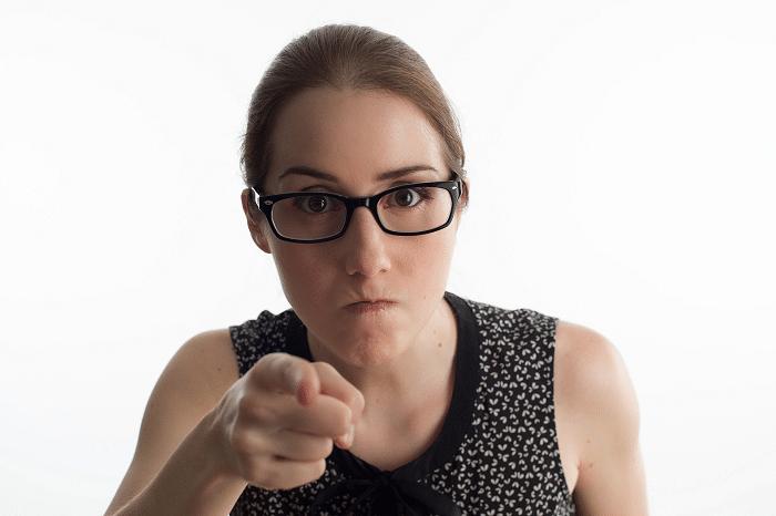 Vihainen nainen osoittaa sormella