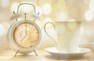 Kahvikuppi ja herätyskello