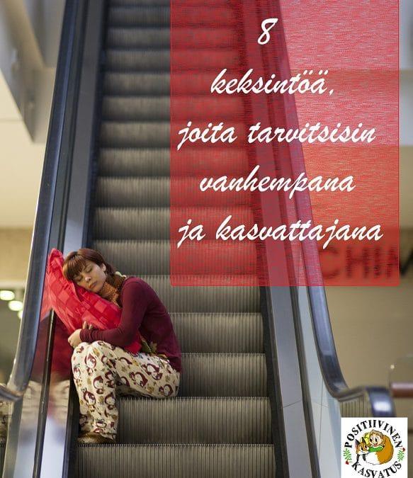 Väsynyt nainen rullaportaissa