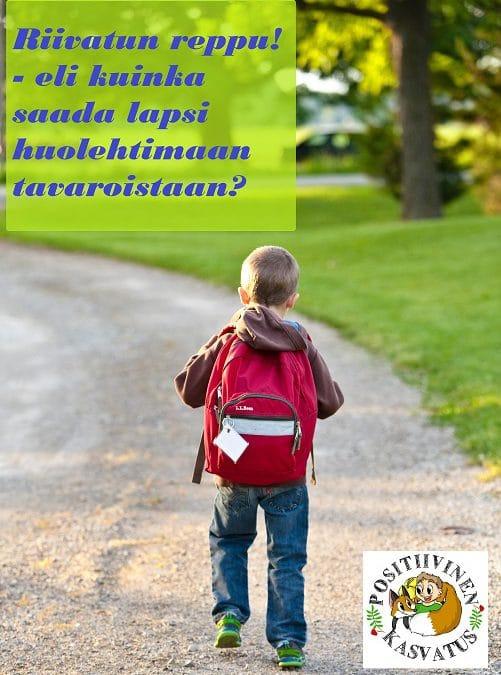 Lapsi reppuselässä kävelemässä tiellä