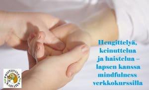 Aikuinen hieroo lapsen kättä