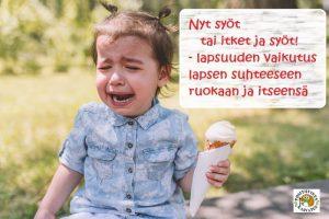 Lapsi itkee jäätelö kädessään