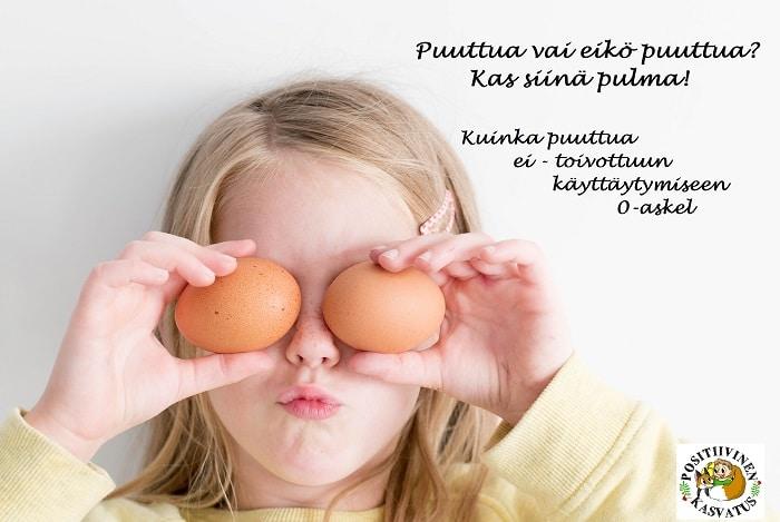 Lapsi joka pitää kananmunia silmien edessä