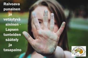 Lapsi joka pitää kättä kasvojen edessä