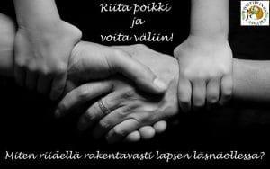 Lapsi pitää vanhempien käsiä yhdessä
