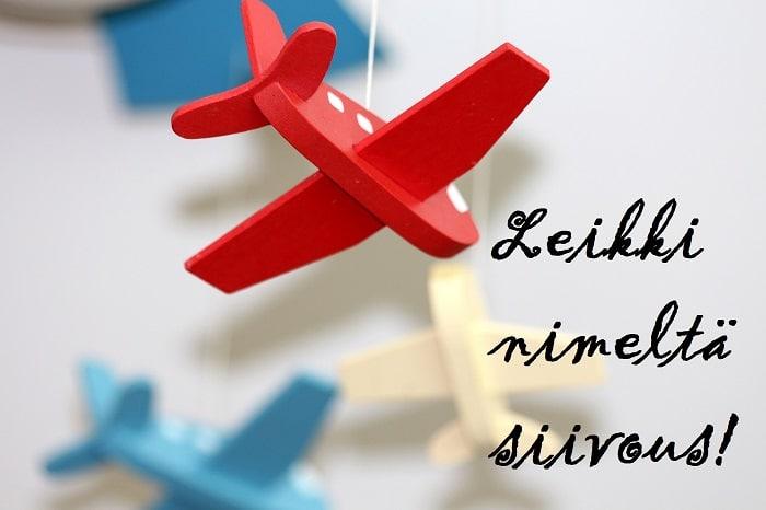 Erivärisiä leikkilentokoneita