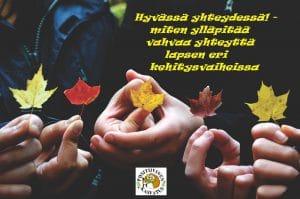 Lapset pitävät käsissään vaahteran lehtiä