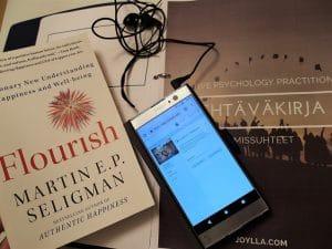 kirja, kännykkä ja tehtäväkirja
