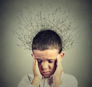 ylikuormittunut harmistunut lapsi