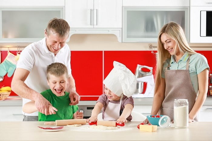 Perhe leipomassa yhdessä