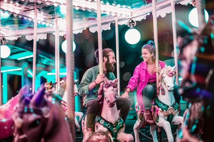 onnellinen pariskunta karusellissa