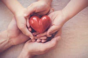 Puinen sydän ja kolmet kädet