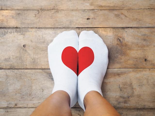 Sukat joissa kaksi sydämen puolikasta vastakkain jalkojen keskellä